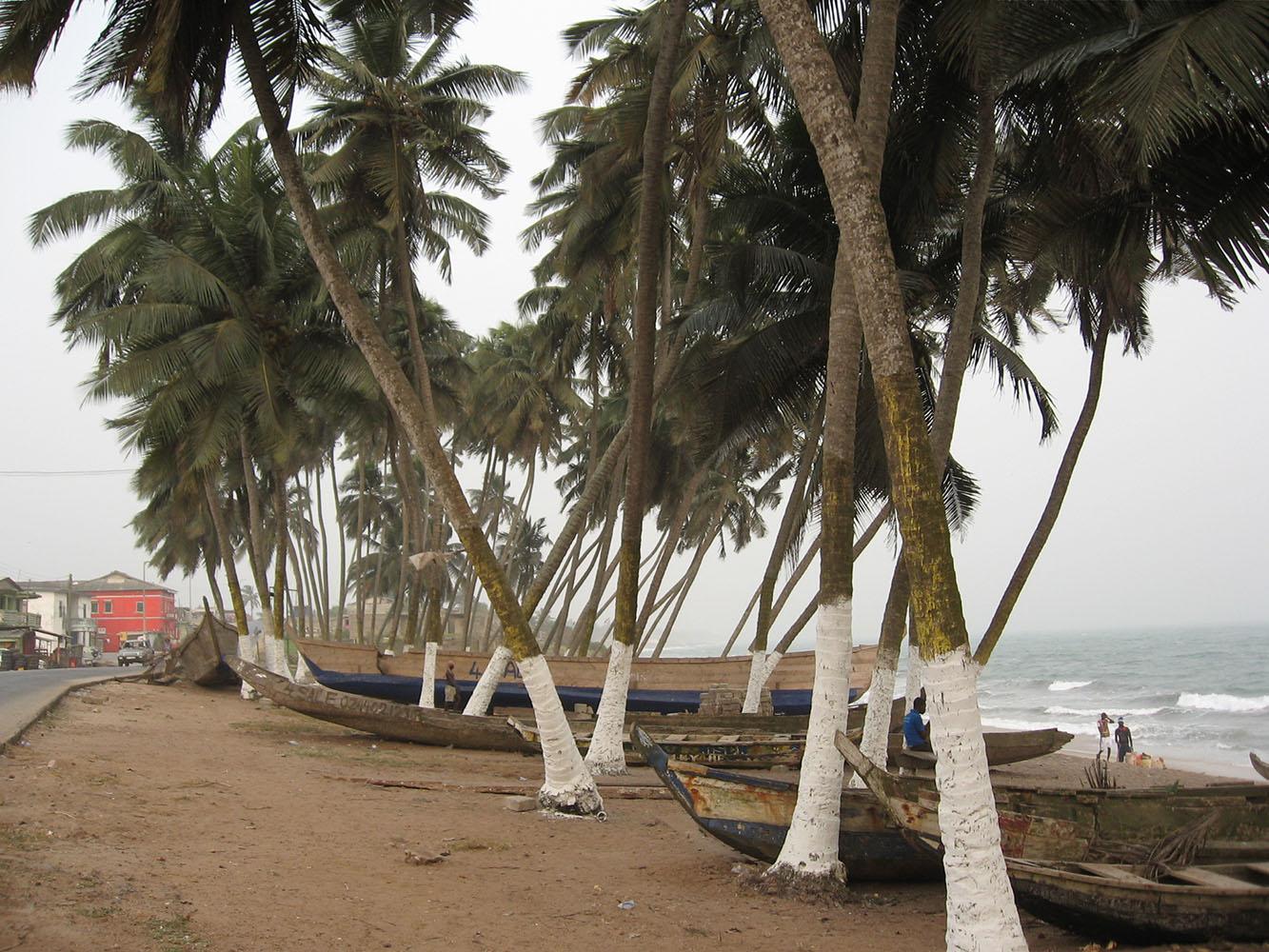 Elmina Boote am Strand